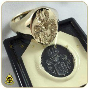 حک نشان سلطنتی بر روی انگشتر